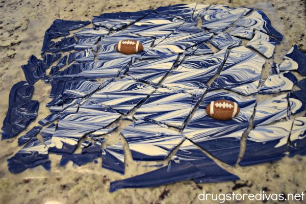 Looking for a sweet way to root on your favorite team? Try this Fantasy Football Candy Bark from www.drugstoredivas.net. Perfect for homegating, Super Bowl parties, the playoffs, and more! Plus, you can make it in any team colors!