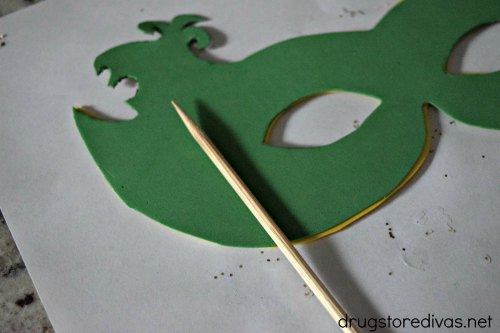 Headed to a Mardi Gras party but don't have a mask? Make this DIY Mardi Gras Mask from www.drugstoredivas.net.