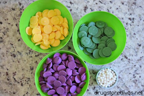 Need to bring a dish to a Mardi Gras party? Try this DIY Mardi Gras Candy Bark from www.drugstoredivas.net.