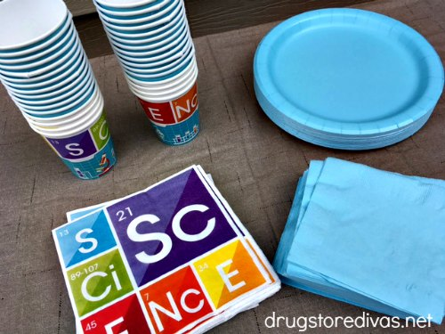 Science birthday parties can be a ton of fun! Get tips to throw the perfect science birthday party in this post from www.drugstoredivas.net.