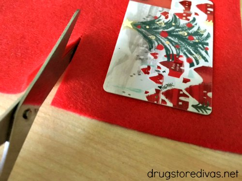 #ad Make giving gift cards special this holiday season with this DIY Santa Felt Gift Card Holder from www.drugstoredivas.net.