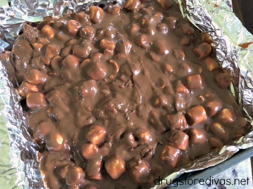 Looking for a simple and tasty treat? Check out this Rocky Road Fudge from www.drugstoredivas.net. It's only four ingredients!
