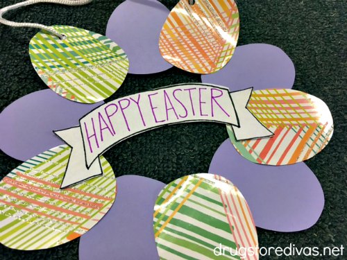 #ad Looking for an easy Easter craft? This DIY Paper Easter Egg Wreath is perfect. Get the tutorial on www.drugstoredivas.net.